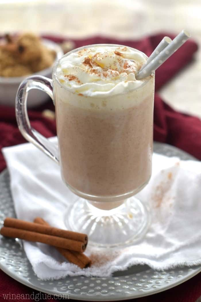 This Cinnamon Roll Hot Cocoa is like the gorgeous love child of two celebrities.