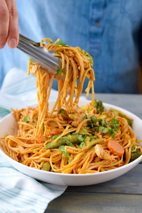 These Sriracha Noodles Bowls are full of veggies, chicken, and amazing flavor!